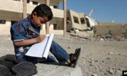 أطفال يمنيون يتعلّمون في العراء في غياب المدارس